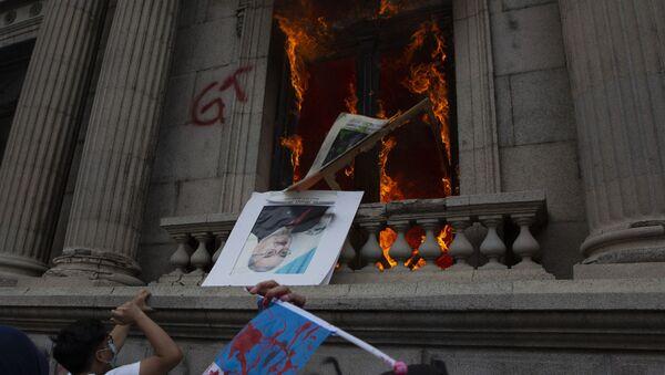Manifestantes lanzan retratos de congresistas durante las protestas en el Congreso de Guatemala en noviembre de 2020 - Sputnik Mundo