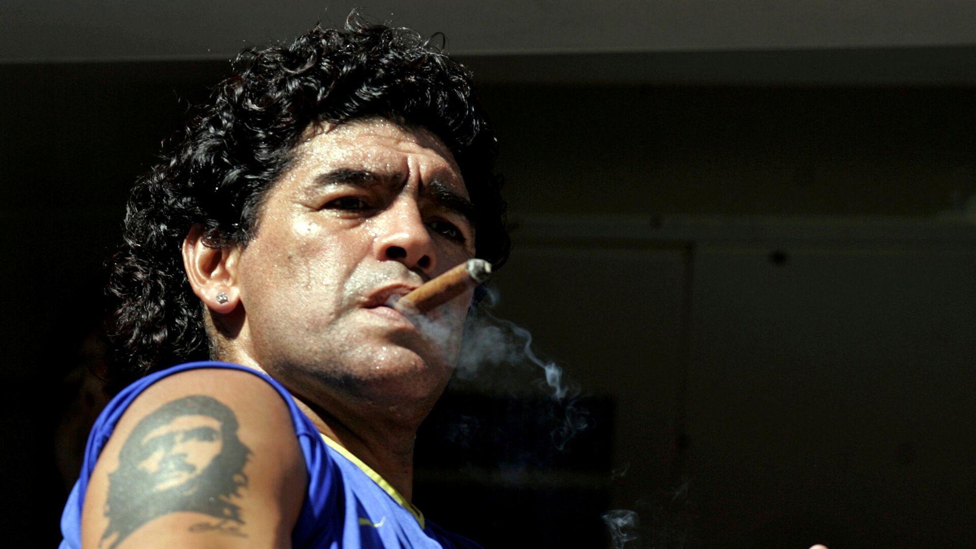 Diego Maradona fumando - Sputnik Mundo, 1920, 07.10.2021