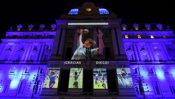 Fotografías de la fallecida leyenda del fútbol Diego Maradona se proyectan en el Centro Cultural Kirchner, en Buenos Aires (Argentina), el 25 de noviembre del 2020 - Sputnik Mundo