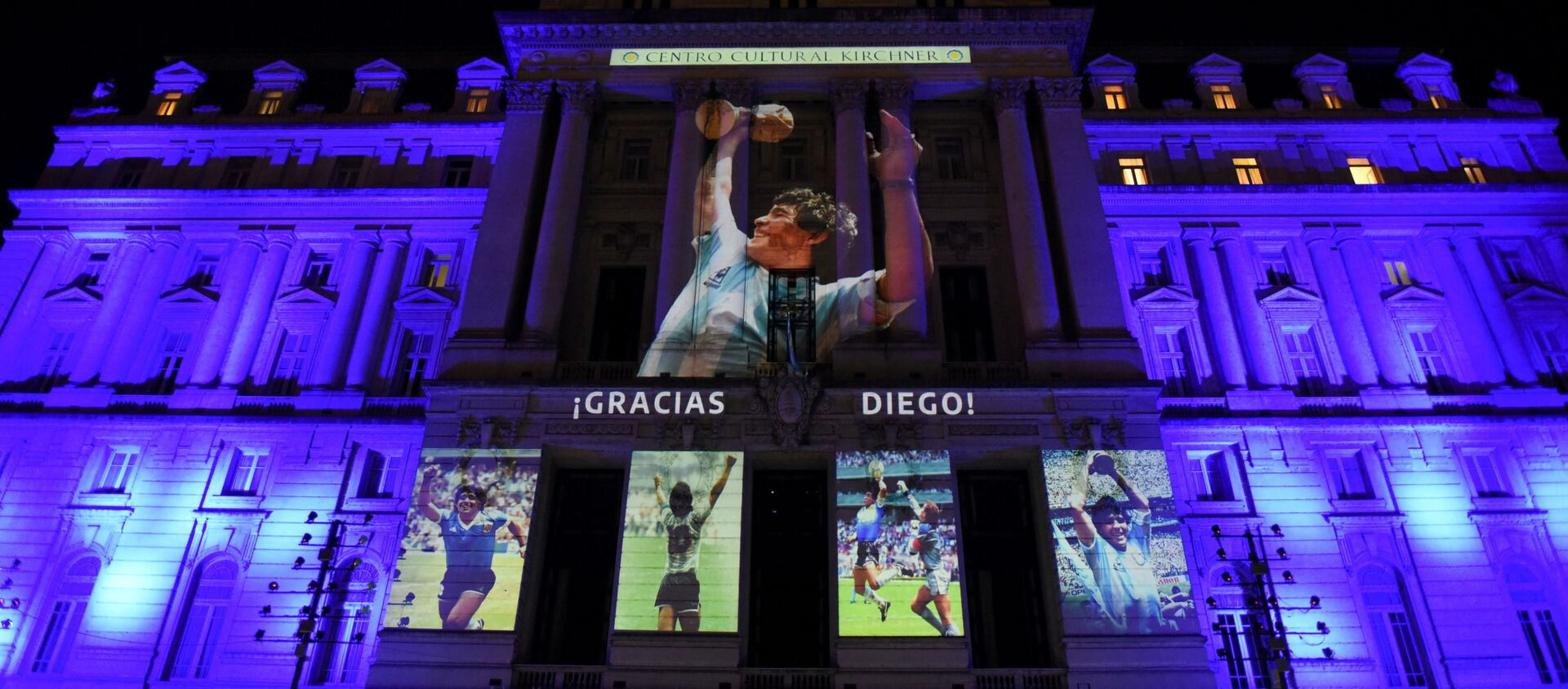 Fotografías de la fallecida leyenda del fútbol Diego Maradona se proyectan en el Centro Cultural Kirchner, en Buenos Aires (Argentina), el 25 de noviembre del 2020 - Sputnik Mundo, 1920, 25.11.2020