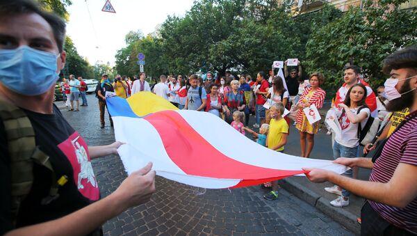 Unos manifestantes enfrente de la Embajada bielorrusa en Kiev, Ucrania - Sputnik Mundo