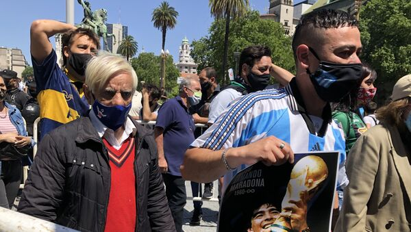 Argentinos llegando a la Casa Rosada para el velatorio de Diego Maradona - Sputnik Mundo