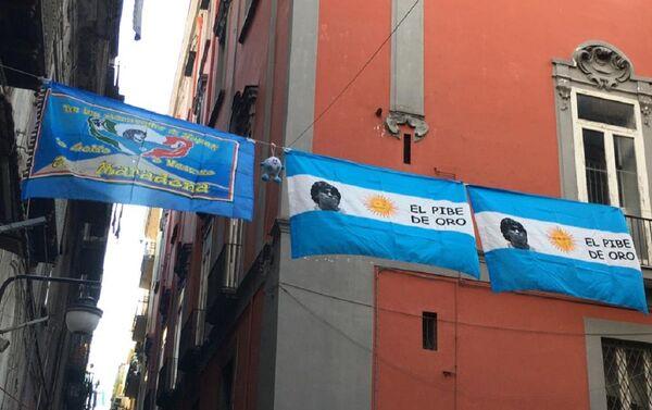 Banderas con la imagen de Maradona en Nápoles - Sputnik Mundo
