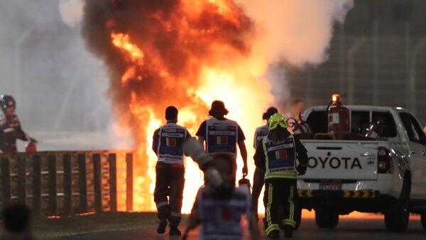 Bólido de Romain Grosjean en llamas tras un accidente durante el Gran Premio de Bahréin  - Sputnik Mundo