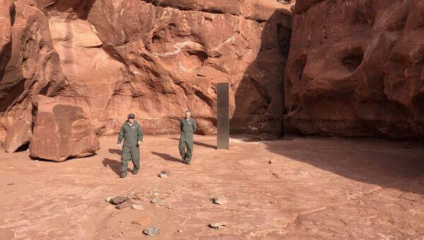 Autoridades locales inspeccionan la región en la que se encontró un misterioso objeto metálico en un desierto en Utah (EEUU) - Sputnik Mundo