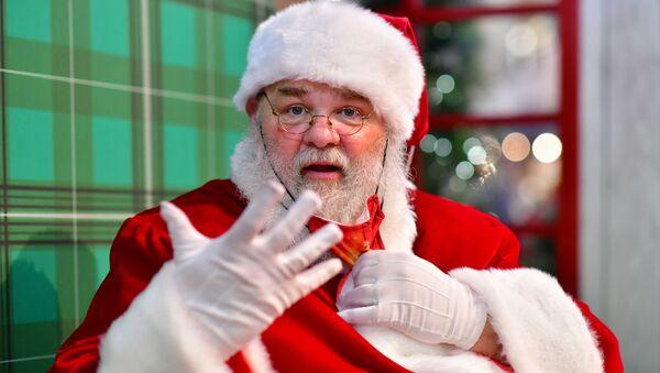 Un hombre disfrazado de Papá Noel - Sputnik Mundo