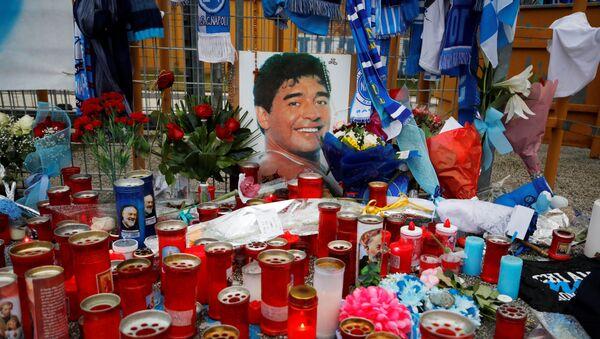 Homenaje al futbolista argentino Diego Maradona en Nápoles, Italia - Sputnik Mundo