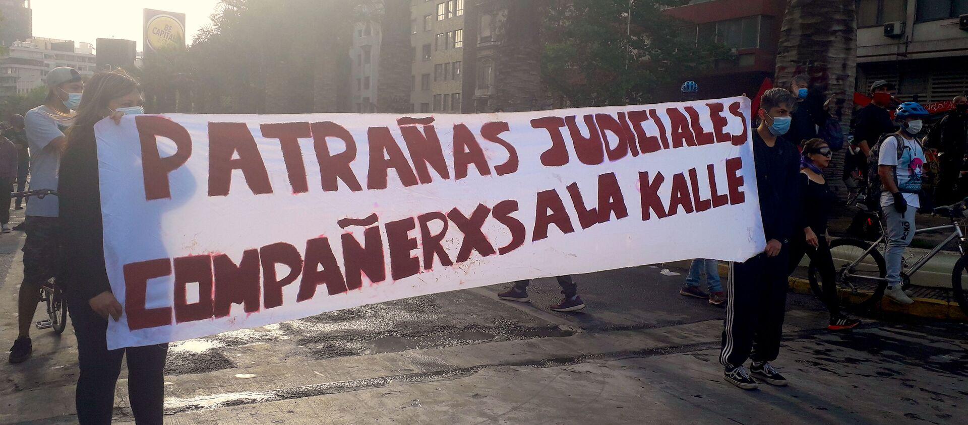 Manifestantes con lienzo por los presos políticos del estallido - Sputnik Mundo, 1920, 02.12.2020