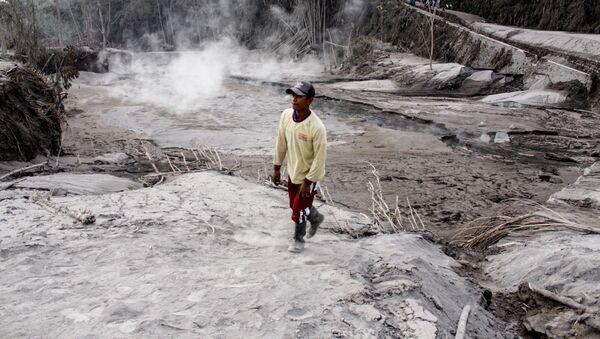 El rastro de destrucción dejado por la erupción del volcán Semeru en Indonesia - Sputnik Mundo