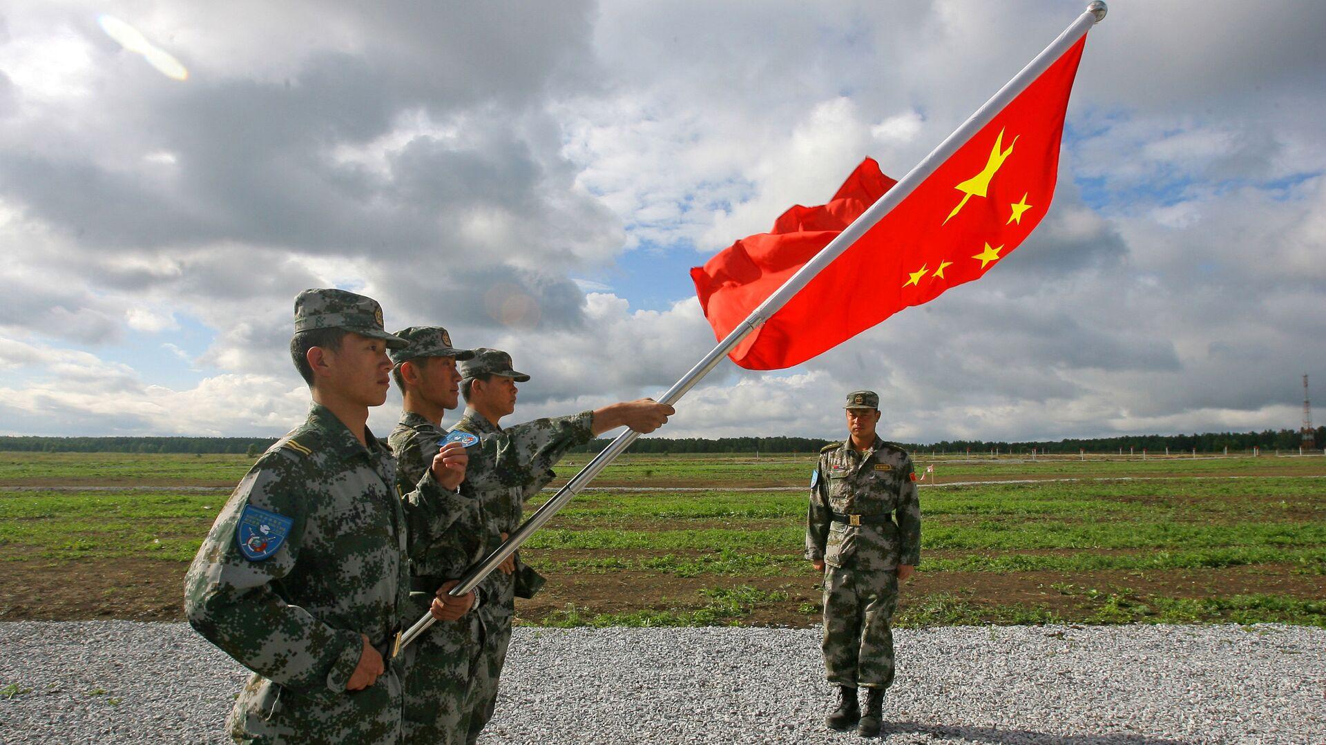 Militares del Ejército Popular de Liberación con la bandera de China  - Sputnik Mundo, 1920, 26.09.2021