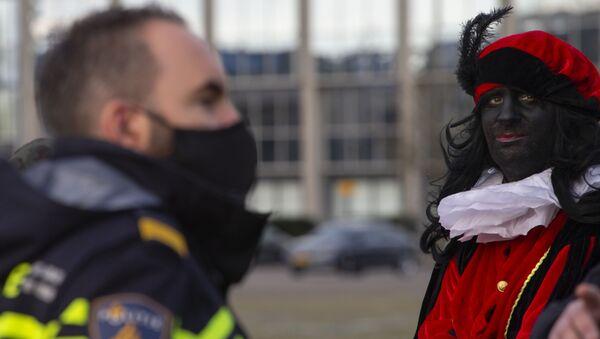 Hombre vestido como Pedrito Negro durante una manifestación en Breda, Países Bajos, el 14 de noviembre de 2020. - Sputnik Mundo