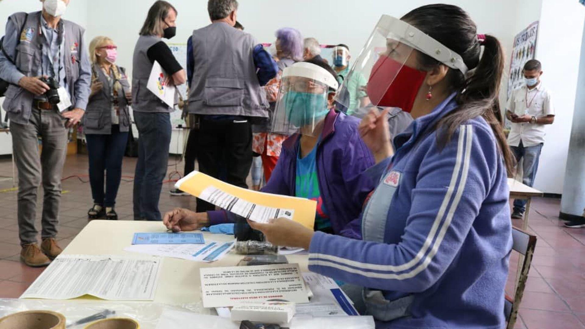 La instalación de las mesas de votación para las elecciones parlamentarias en Venezuela - Sputnik Mundo, 1920, 29.07.2021