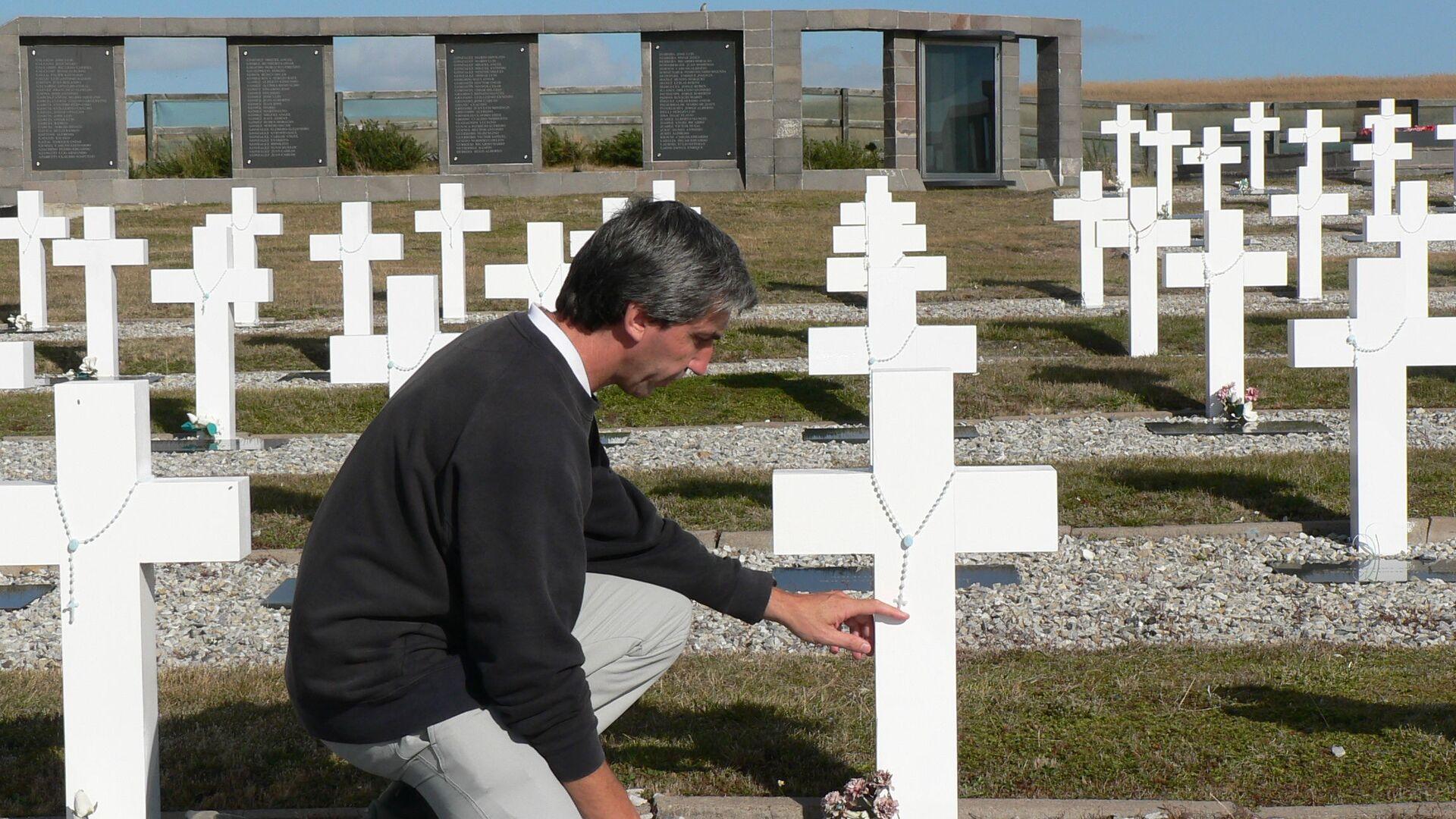 Julio Aro en el Cementerio de Darwin, Islas Malvinas - Sputnik Mundo, 1920, 16.02.2021