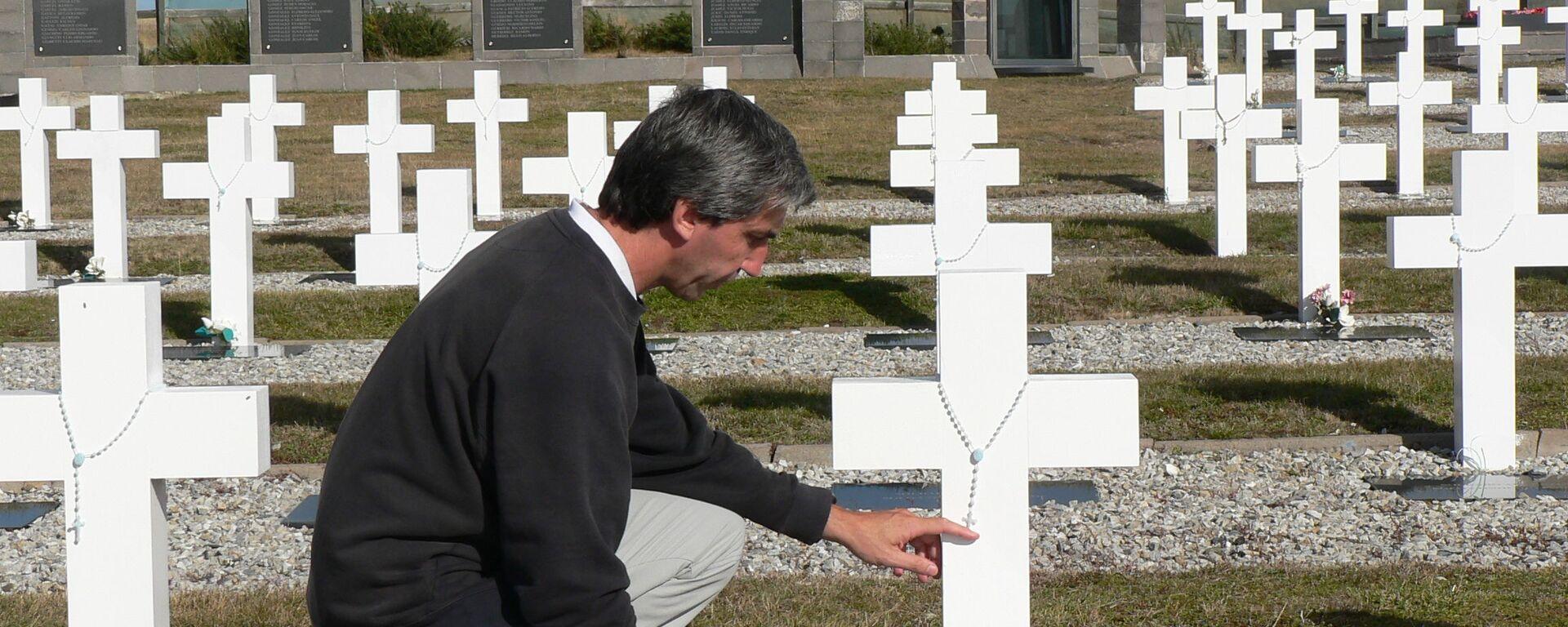Julio Aro en el Cementerio de Darwin, Islas Malvinas - Sputnik Mundo, 1920, 04.12.2020