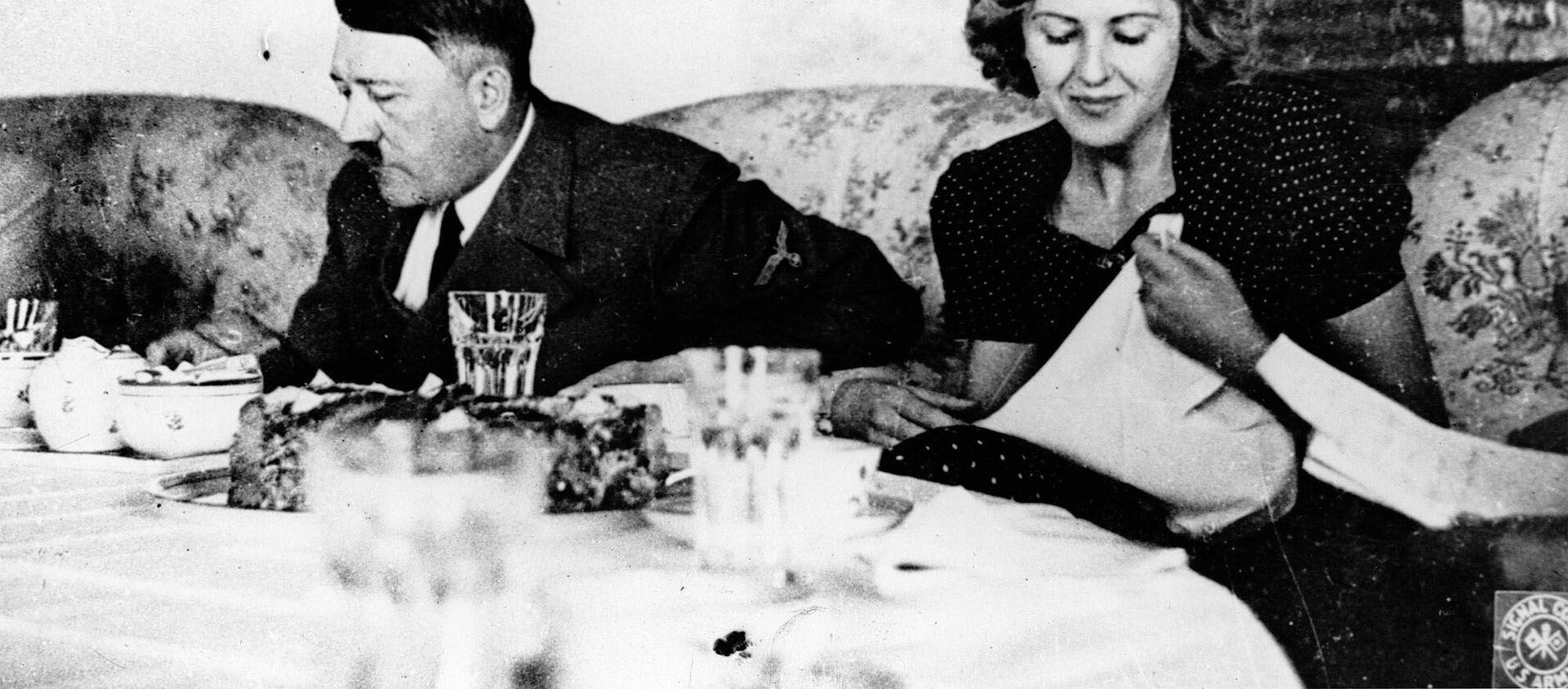 El líder nazi Adolf Hitler y su amante Eva Braun durante un almuerzo - Sputnik Mundo, 1920, 06.12.2020