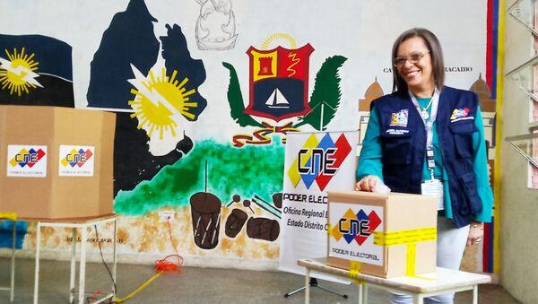 Indira Alfonso, presidenta del Consejo Nacional Electoral, ejerciendo su voto - Sputnik Mundo