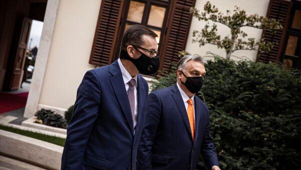 El primer ministro húngaro, Viktor Orban, y su homólogo polaco, Mateusz Morawieski - Sputnik Mundo