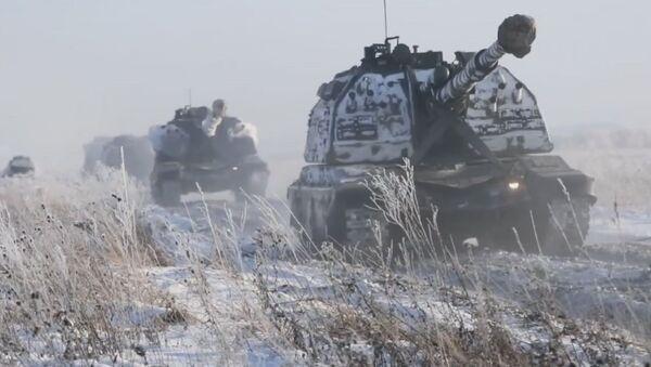 Los obuses autopropulsados rusos atacan objetivos entre la nieve siberiana - Sputnik Mundo