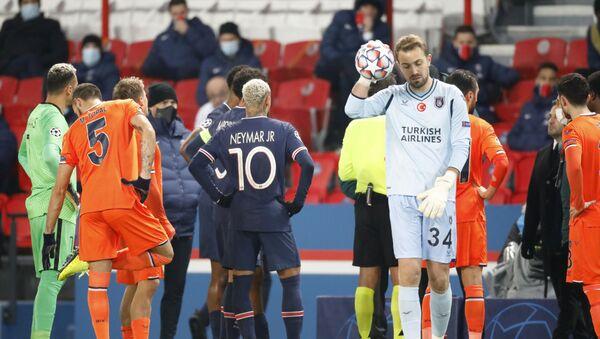 Jugadores del PSG e Istanbul Basaksehir tras el partido suspendido - Sputnik Mundo