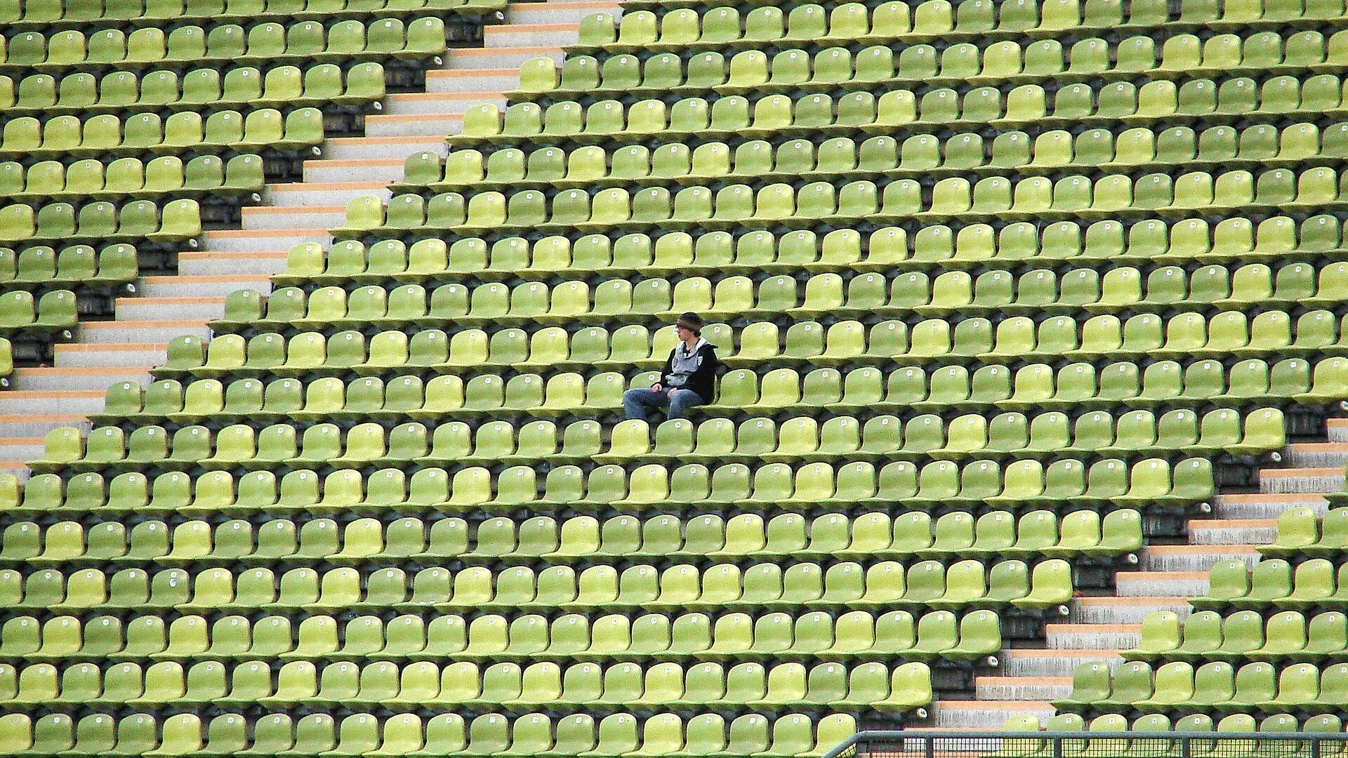 Una persona sola en un estadio, referencial - Sputnik Mundo, 1920, 04.08.2021