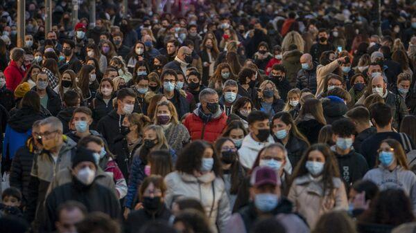 Personas caminan por una calle muy transitada en el centro de Barcelona. - Sputnik Mundo