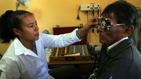 Médica oftalmóloga cubana atendiendo a un paciente en Bolivia - Sputnik Mundo
