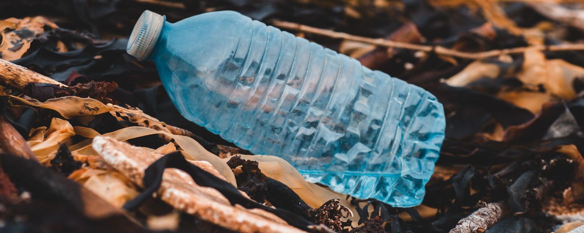 Una botella de plástico - Sputnik Mundo, 1920, 11.12.2020