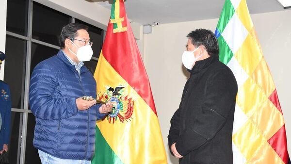 El presidente de Bolivia, Luis Arce, entrega el Bastón del mando al vicepresidente David Choquehuanca - Sputnik Mundo