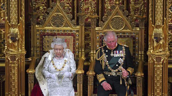 Isabel II junto a su hijo mayor, el príncipe Carlos - Sputnik Mundo