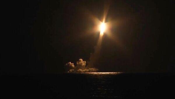 Lanzamiento de los misiles Bulava desde el submarino Vladimir Monomakh - Sputnik Mundo
