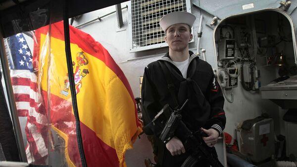 Un marinero sostiene su arma en la Base Naval de Rota, al sur de España. - Sputnik Mundo