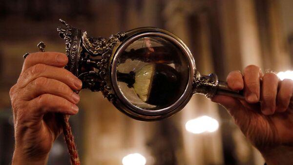 El abade Vincenzo De Gregorio sostiene el frasco que contiene la sangre solidificada de San Jenaro - Sputnik Mundo