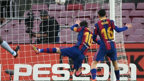 El delantero de Barcelona, Lionel Messi, marcando gol durante el partido contr Valencia, el 19 de diciembre de 2020. - Sputnik Mundo