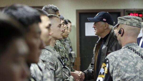 Joe Biden le da la mano a los soldados surcoreanos y estadounidenses en el puesto de observación Ouellette dentro de la Zona Desmilitarizada (DMZ), diciembre de 2013. - Sputnik Mundo
