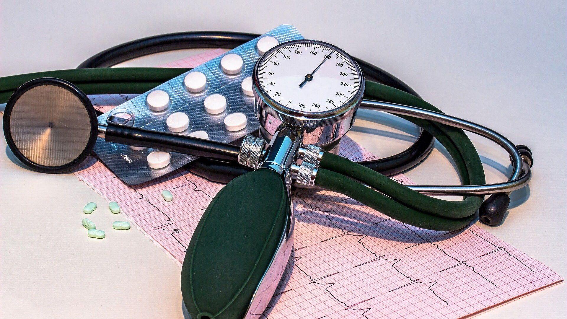 Un aparato para medir la presión arterial, unas pastillas y un gráfico de cardiograma  - Sputnik Mundo, 1920, 11.10.2021