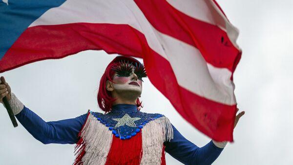 Una persona con la bandera de Puerto Rico - Sputnik Mundo