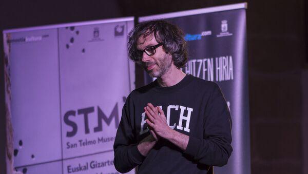 El pianista James Rhodes, en una charla de 2016 - Sputnik Mundo