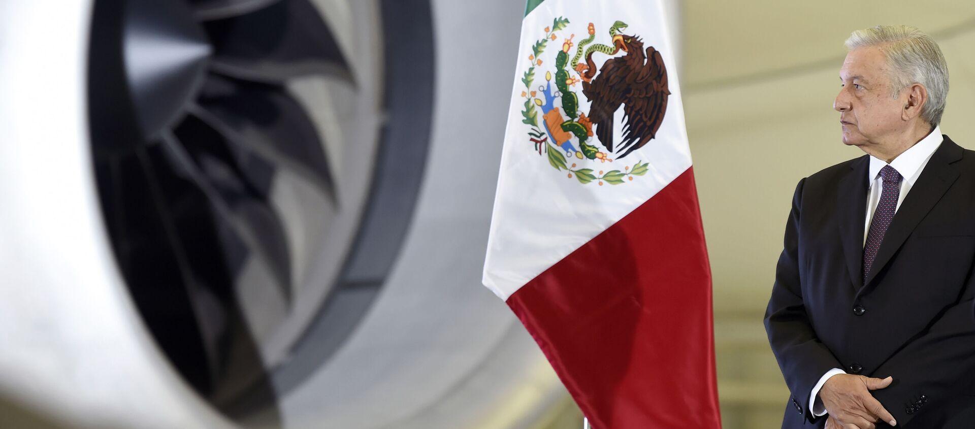 El presidente de México, Andrés Manuel López Obrador, al lado del avión presidencial el Boeing 787 José María Morelos y Pavón - Sputnik Mundo, 1920, 30.12.2020