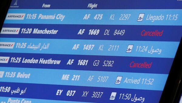Una pantalla con el horario de vuelos (imagen referencial) - Sputnik Mundo