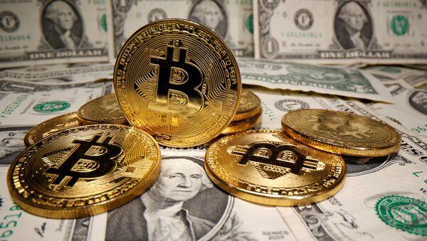 Monedas con el logo del bitcoin y dólares estadounidenses (imagen referencial) - Sputnik Mundo