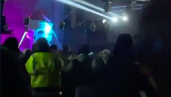 Al menos 150 personas se reúnen en una fiesta ilegal en Barcelona  - Sputnik Mundo