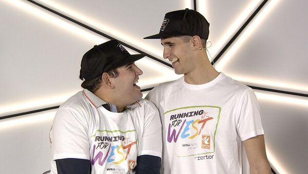 El atleta Diego Méntrida junto a su hermano Carlos, que padece la enfermedad de West - Sputnik Mundo
