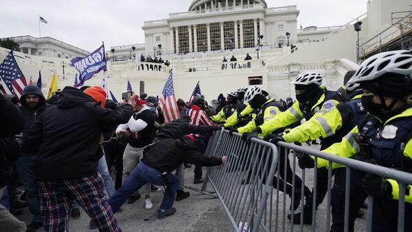 Partidarios de Trump tratan de romper una barricada de la policía en el Capitolio - Sputnik Mundo