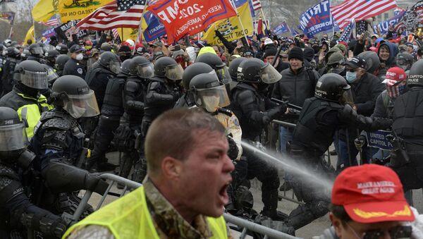 Los partidarios de Trump intentan asaltar el Capitolio de EEUU en Washington DC, el 6 de enero de 2021. - Sputnik Mundo