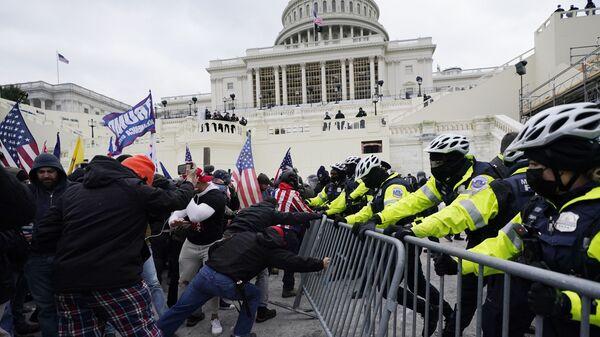 Manifestantes durante las protestas frente al Capitolio (Washington) - Sputnik Mundo