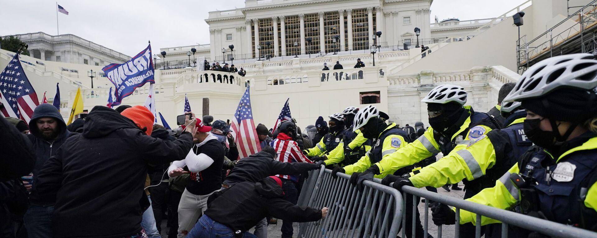 Manifestantes durante las protestas frente al Capitolio (Washington) - Sputnik Mundo, 1920, 07.01.2021