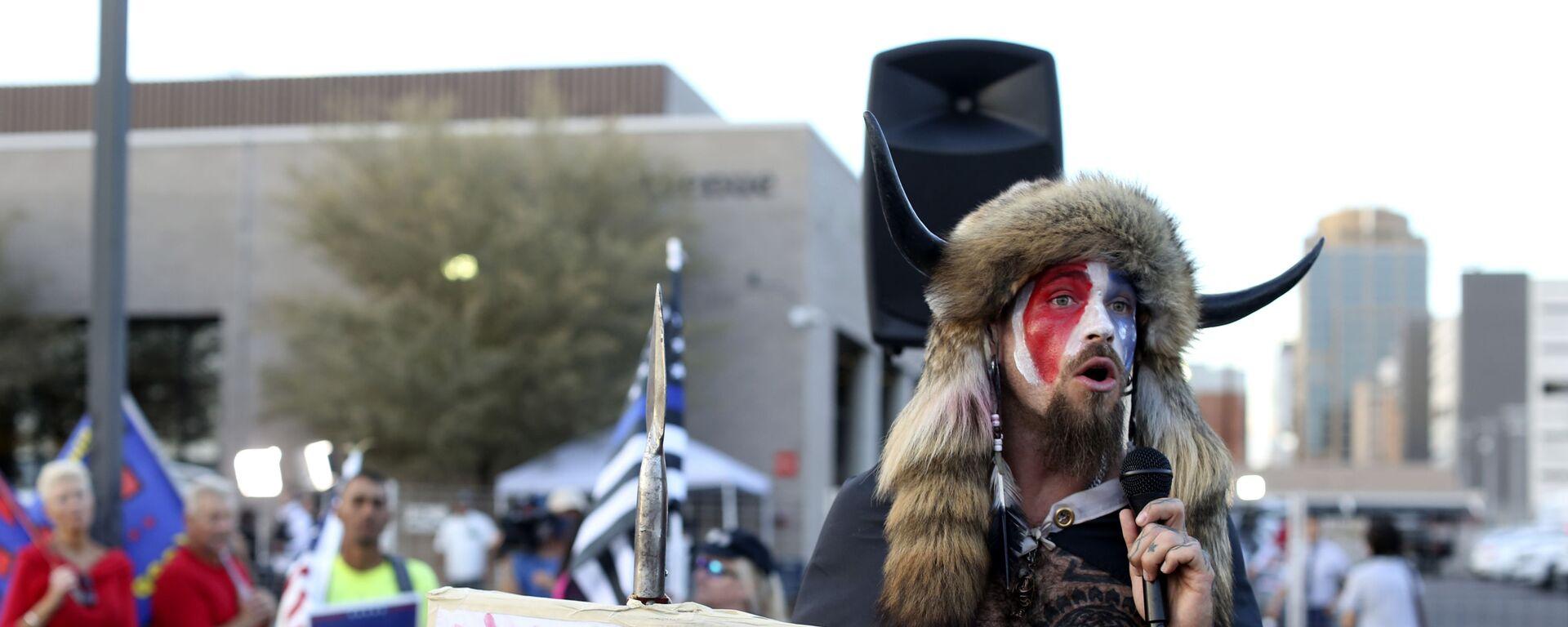 Jake Angeli, conocido como Yellowstone Wolf, en una protesta de Estados Unidos - Sputnik Mundo, 1920, 07.01.2021