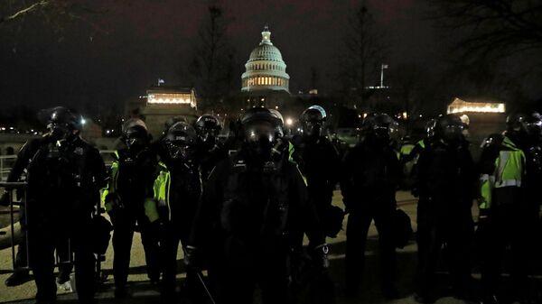 La Policía estadounidense durante el asalto al Capitolio - Sputnik Mundo