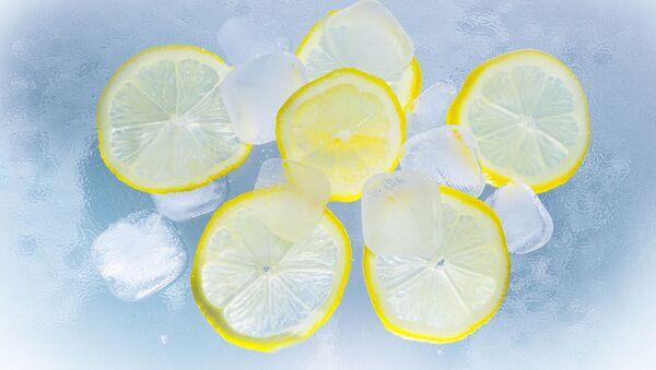 Unos cubitos de hielos y unas rodajas de limón (imagen referencial) - Sputnik Mundo