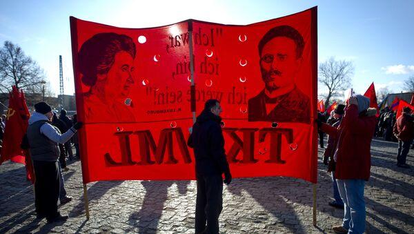 La bandera con los retratos de Rosa Luxemburgo y Karl Liebknecht - Sputnik Mundo